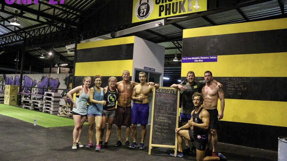 A group of crossfit trainees