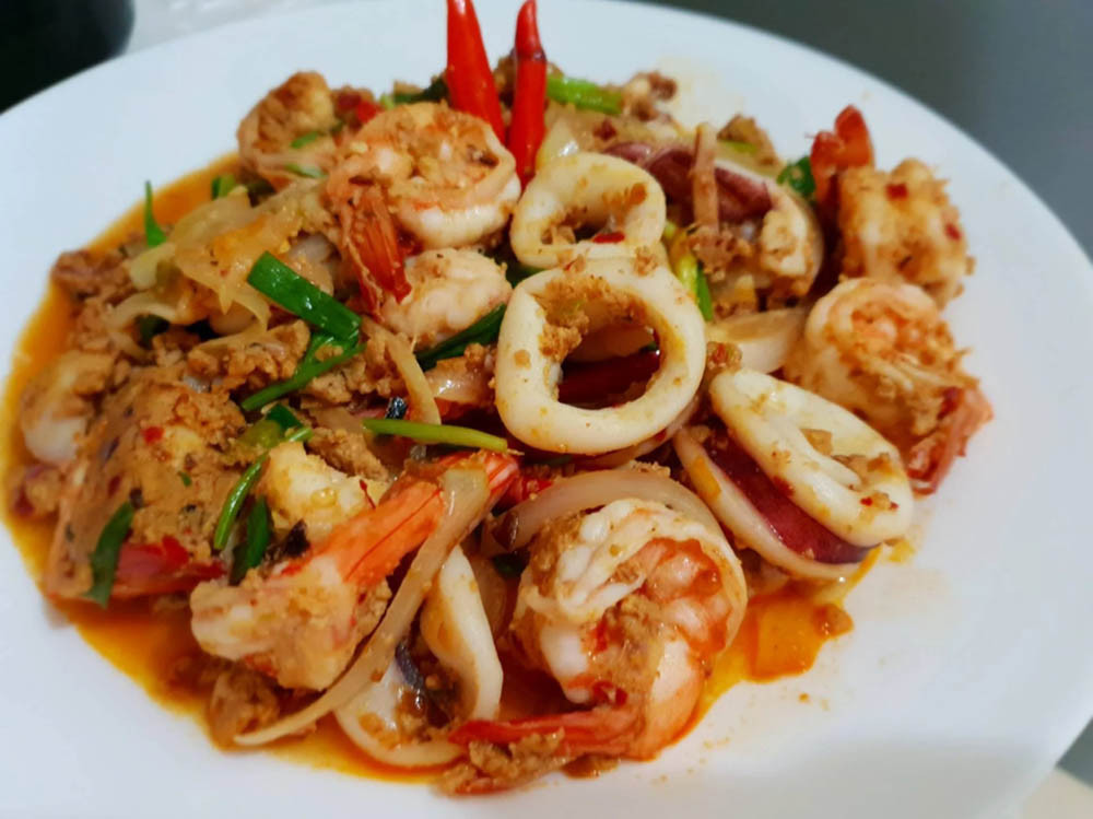 Kung Phad Pong Garee shrimp stir-fried in curry paste